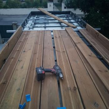 Les travaux sur le toit avancent ! Je commence à poser la terrasse